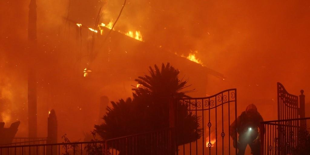 Em Saddleridge, pelo menos 31 estruturas foram danificadas, ou destruídas, e apenas 19% das chamas estavam contidas.