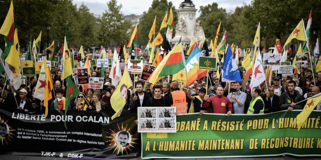 Mais de 20 mil pessoas foram à Praça da República de Paris em protesto