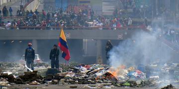Pessoas ficam na rua em meio aos escombros, após um protesto de 10 dias por um aumento no preço do combustível ordenado pelo governo para garantir um empréstimo do FMI