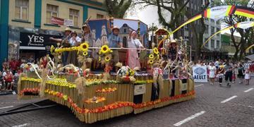 Desfile contou com dez alegorias e 32 alas