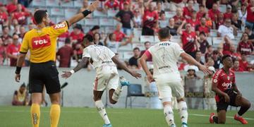 Bruno Henrique marcou os dois gols da vitória do Flamengo sobre o Athletico-PR