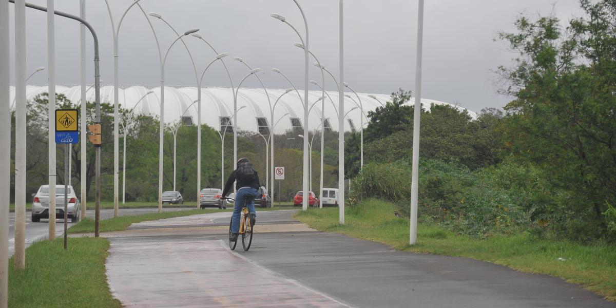 O projeto, de autoria do arquiteto Jaime Lerner, prevê aproximadamente 200 vagas de estacionamento no canteiro central da avenida Edvaldo Pereira Paiva