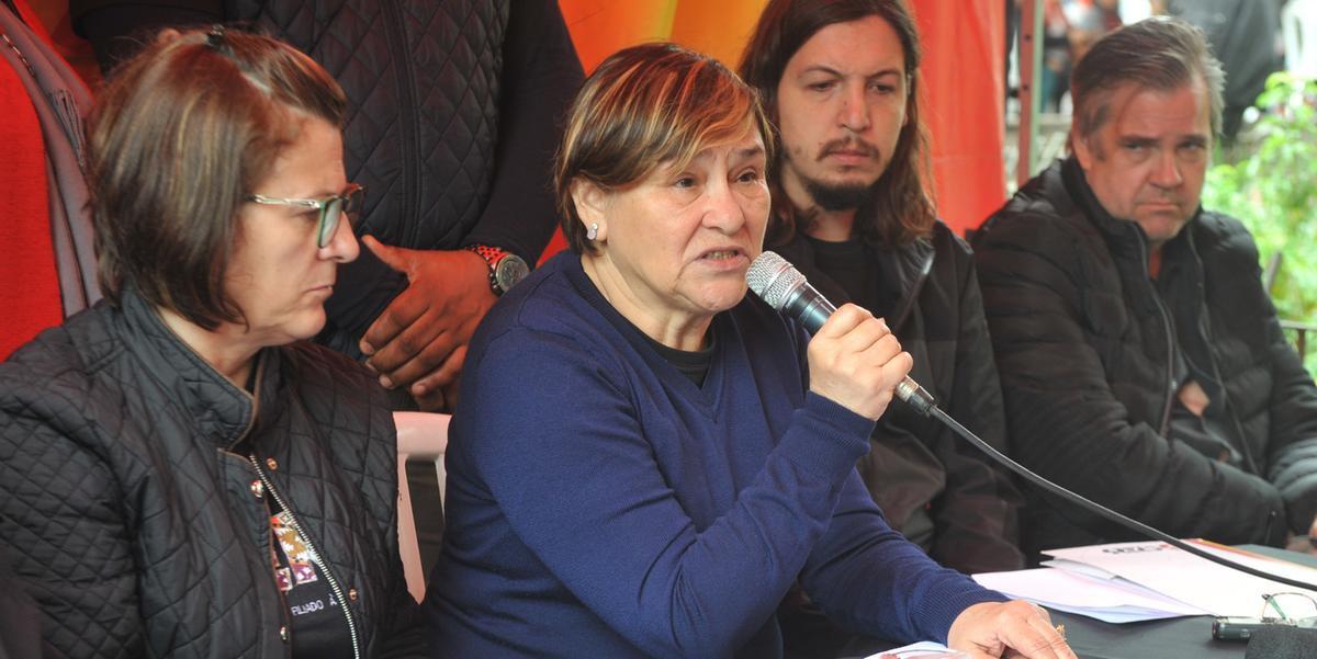 Presidente do Sindicato, Helenir Schürer, discursou em entrevista coletiva na Praça da Matriz nesta terça-feira