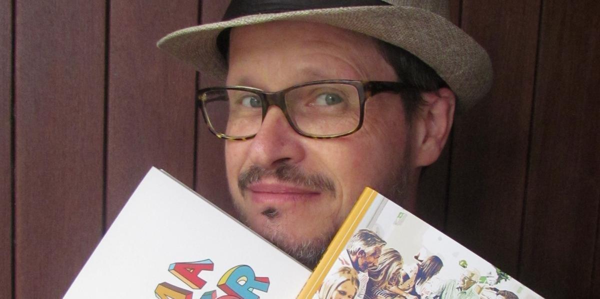 Professor das oficinas há nove anos, Rubem Penz exibe os dois novos livros que serão autografados nas duas quintas, 24 e 31 de outubro