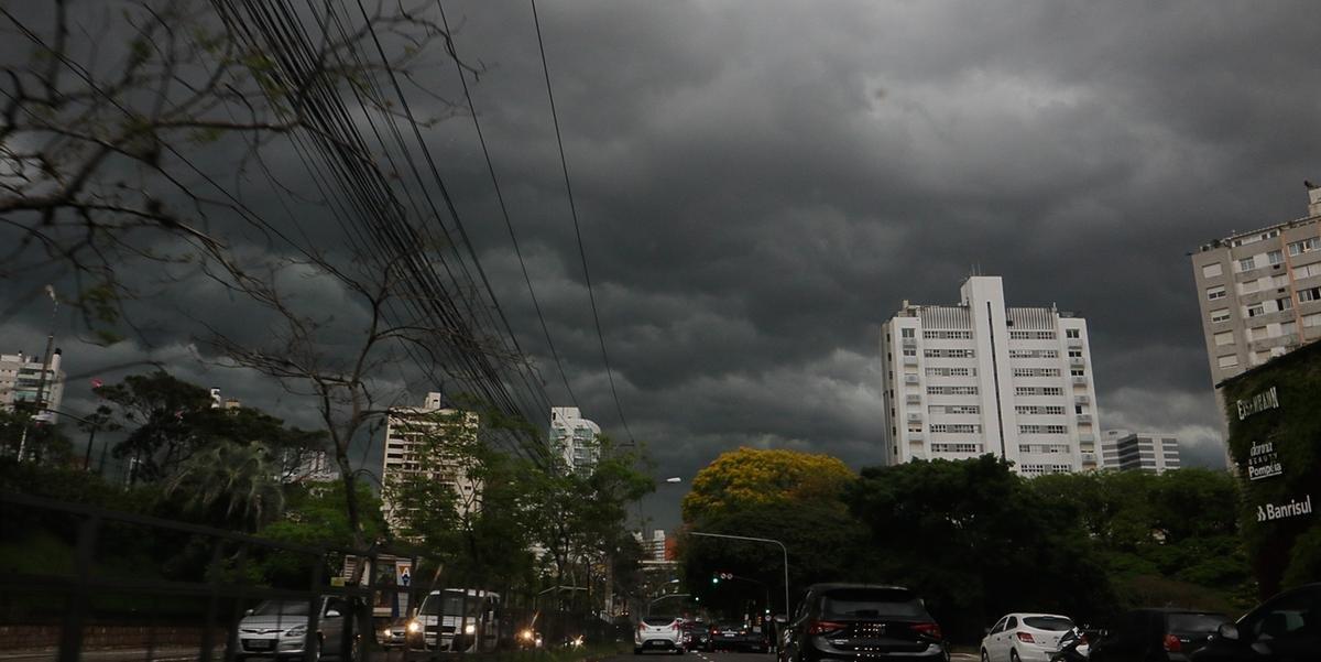 Céu escureceu em Porto Alegre nesta manhã