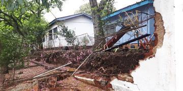 O muro foi danificado no dia 8 de março deste ano, durante período de chuva