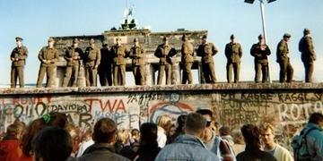 Na imagem de 1989, guardas ficam em uma seção do Muro de Berlim