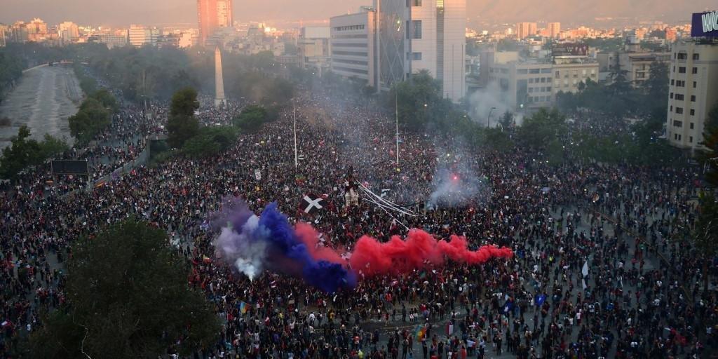 Manifestação terminou na Praça Itália de Santiago nesta sexta-feira