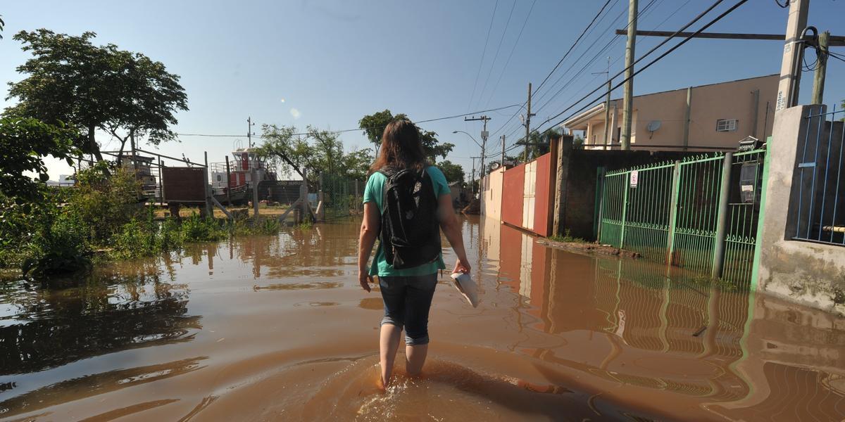 Cheia do Guaíba atinge ruas da região das ilhas