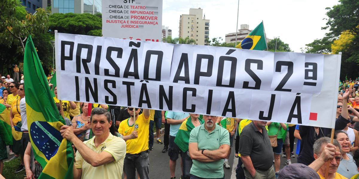 Cartazes foram uma das formas encontradas pelos manifestantes de Porto Alegre expressarem a insatisfação com a decisão do STF