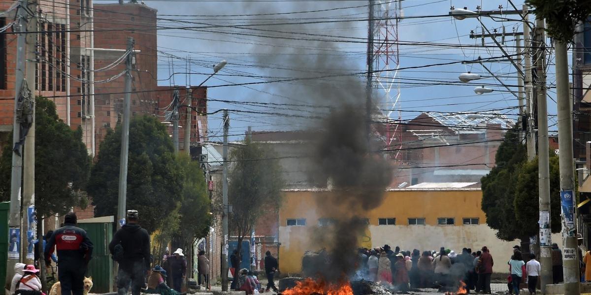 Manifestantes pró-Evo Morales bloqueiam uma rua de El Alto em 11 de novembro de 2019, um dia após a renúncia do líder de esquerda como presidente da Bolívia.