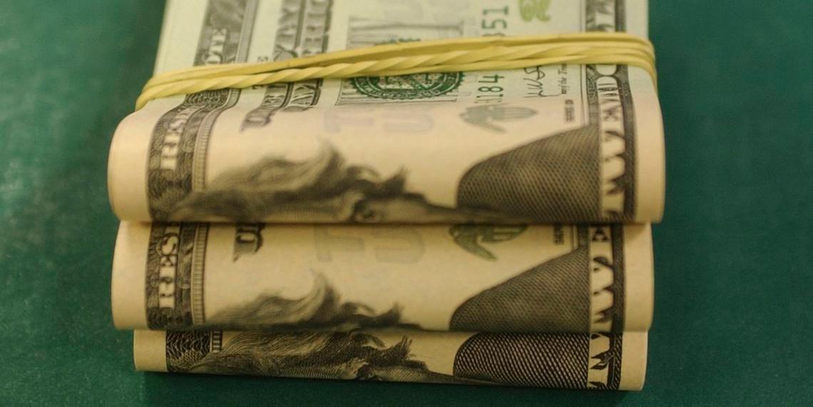 Moeda norte-americana fechou em alta após dia tenso no mercado
