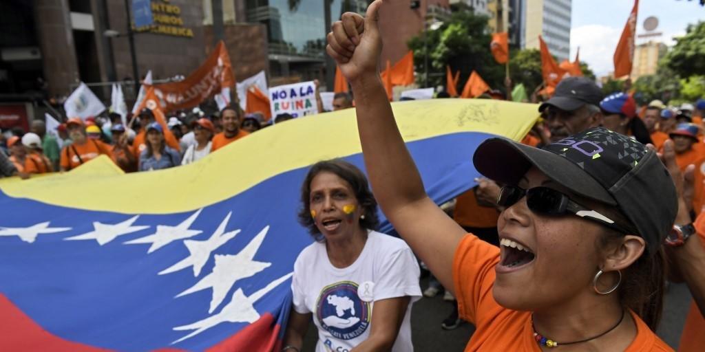 Manifestantes em apoio a Juan Guaidó neste sábado
