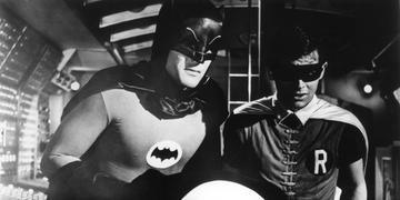 Uniformes originais da série Batman, exibida entre 1966 e 1968 e protagonizada por Adam West, serão leiloados em 17 de dezembro