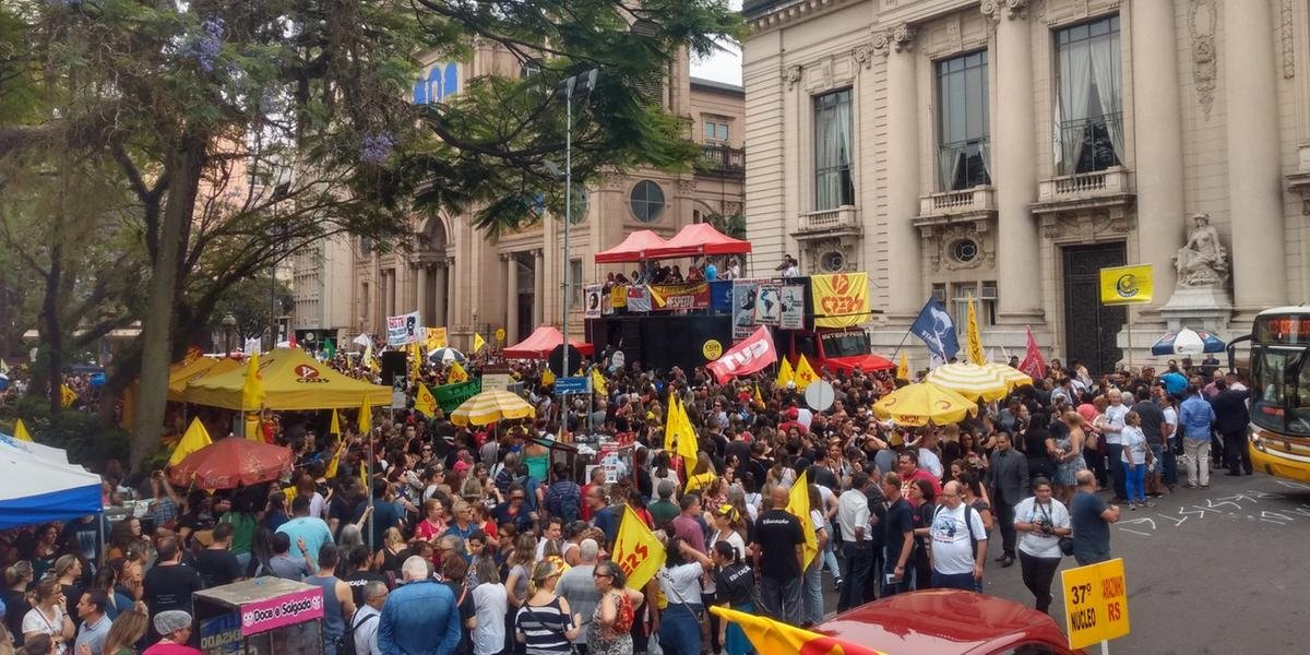 Servidores ligados ao Cpers protestam em frente ao Palácio Piratini nesta terça-feira