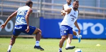 Maicon trabalhou normalmente nesta sexta-feira e deve enfrentar o São Paulo no domingo