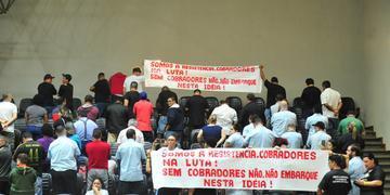Categoria protestou durante audiência pública