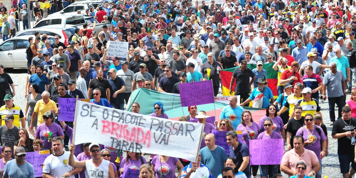 Servidores da segurança percorreram as ruas de Porto Alegre em protesto