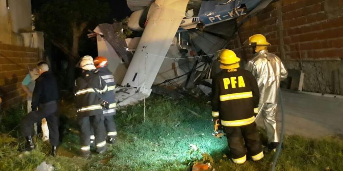 Corpo de bombeiros local foi acionado para fazer o resgate das vítimas de acidente