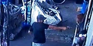 Câmeras de monitoramento flagraram homem atirando contra PM da reserva