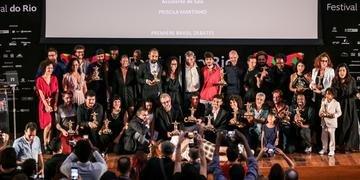 Vencedores do Festival do Rio posam para a clássica foto final, no palco do Museu do Amanhã