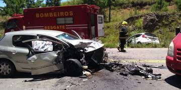 Uma passageira de cada veículo morreu no local