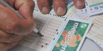 Uma primeira dica é acompanhar os resultados recentes e não voltar a apostar em uma dezena que saiu nos últimos cinco sorteios