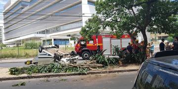 Acidente ocorreu na rua Ramiro Barcelos, em frente ao Hospital de Clínicas de Porto Alegre, neste domingo