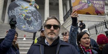 Joaquin Phoenix discursou sobre a indústria de carnes e laticínios no protesto