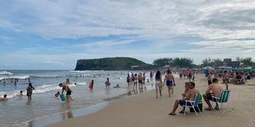 Praia da Cal teve dia de mar tranquilo e águas claras neste sábado