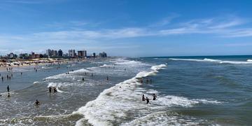 Mar calmo e temperatura alta agradou os banhistas de Tramandaí neste domingo