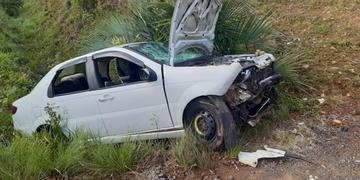 Veículo ainda colidiu contra barranco, deixando ocupantes feridos