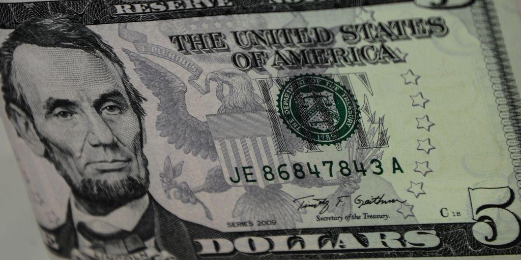 Moeda americana fechou o dia em alta de 1,18%