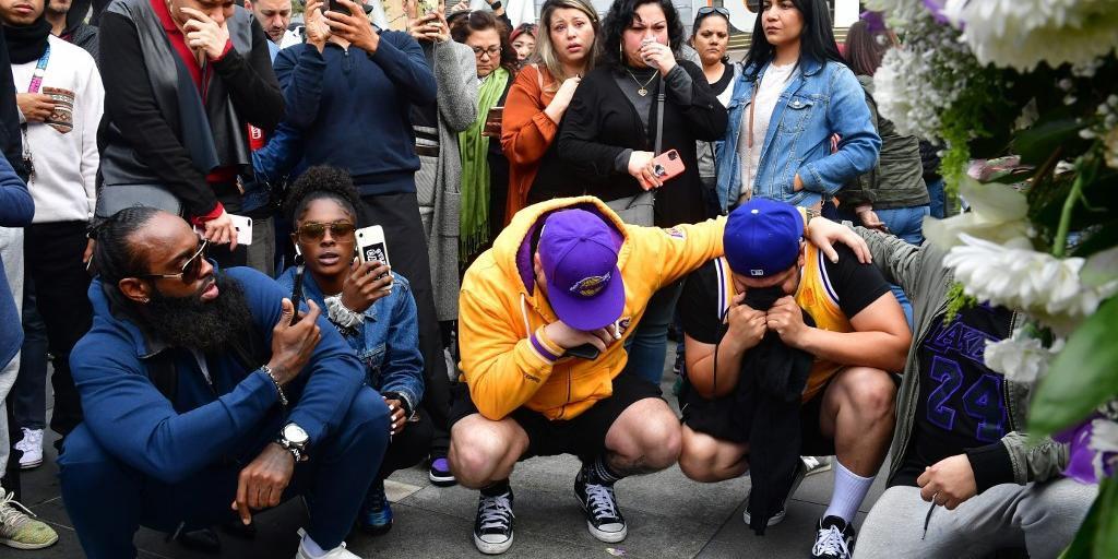 Fãs de Kobe Bryant lamentam a morte do ídolo do Los Angeles Lakers