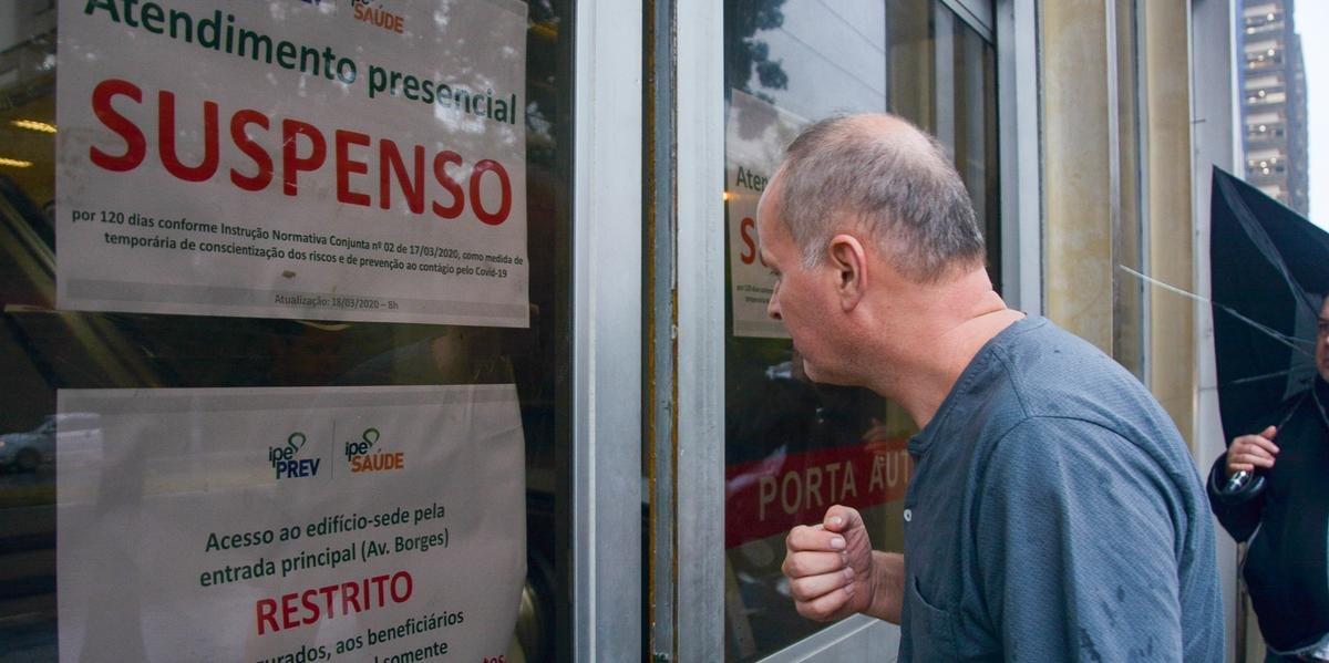 População que esteve na sede do Ipê, em Porto Alegre, foi surpreendida com cartazes de avisos