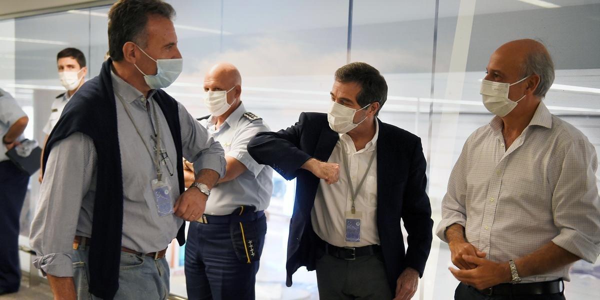 Ministros uruguaios se cumprimentam