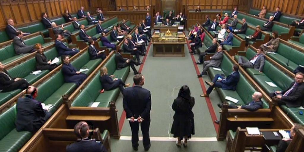 Parlamentares mantêm distância para evitar contágio do novo coronavírus