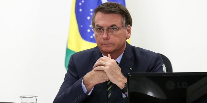 Bolsonaro debocha de presença da imprensa por risco de coronavírus