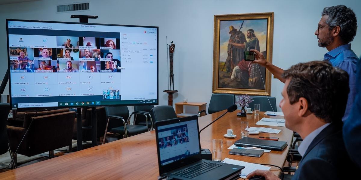 Deputados fazem o teste da primeira Sessão Plenária Virtual na tarde de ontem