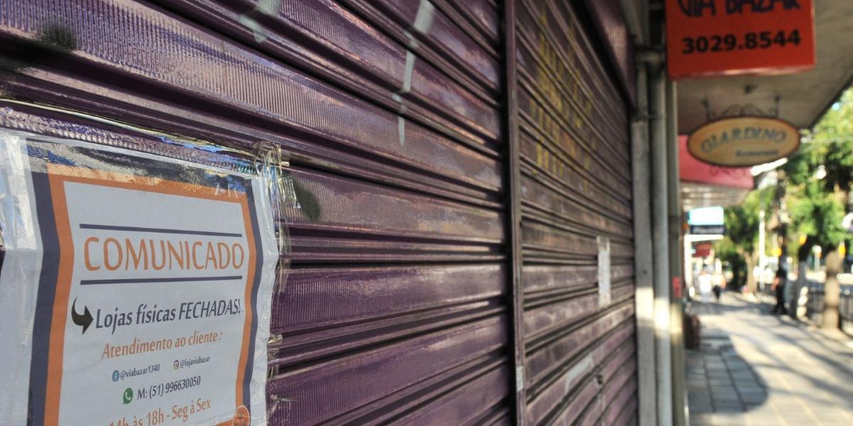 Muito estabelecimentos seguem com as portas fechadas em Porto Alegre