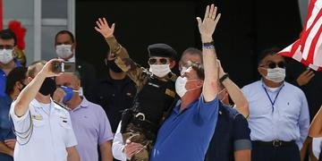 Bolsonaro pegou criança uniformizada de militar no colo