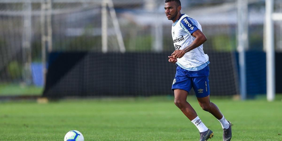 Para a recuperação do jogador, que ainda não estava treinando com os demais companheiros, o diretor-médico do Grêmio projeta duas semanas