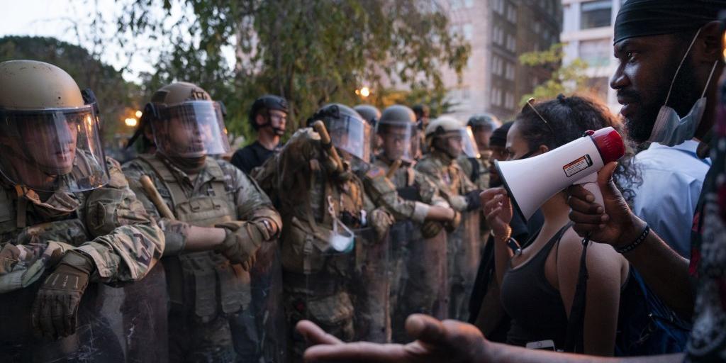 Protestos seguem confrontando mobilizações policiais em Washington