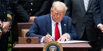 Trump assina documento sobre atividades de policiais nos EUA