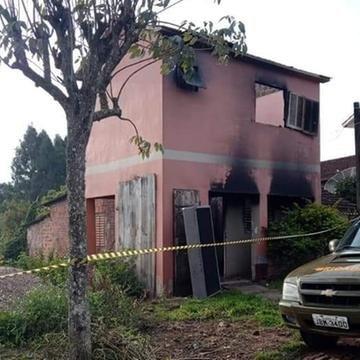 Residência onde vítima morreu foi incendiada por desconhecidos na madrugada de sábado passado