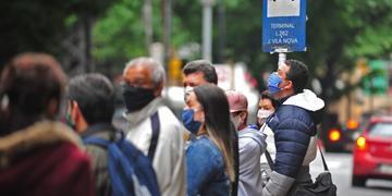 Ônibus de Porto Alegre não podem transportar pessoas em pé e acumula pessoas nas paradas na espera do próximo