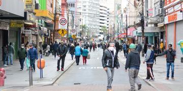 Ainda é intensa a circulação de pessoas no Centro de Porto Alegre