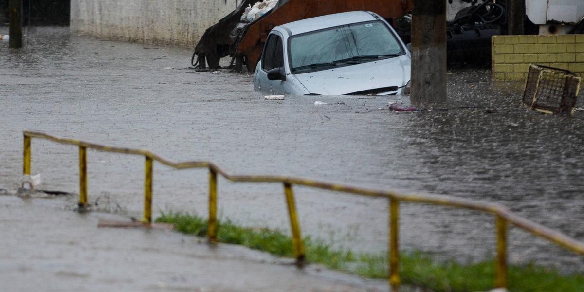 Carro ficou parado no alagamento do Arroio Sarandi, na zona Norte de Porto Alegre