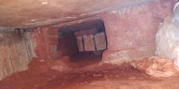 Buraco aberto sob o prédio media 2,8 metros de comprimento e 1,1 metro de profundidade