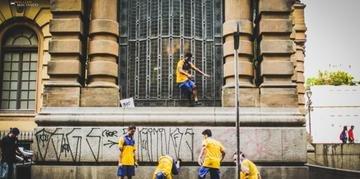 Os dançarinos são carteiros e entregam cartas ao público para traduzir sentimentos e sensações